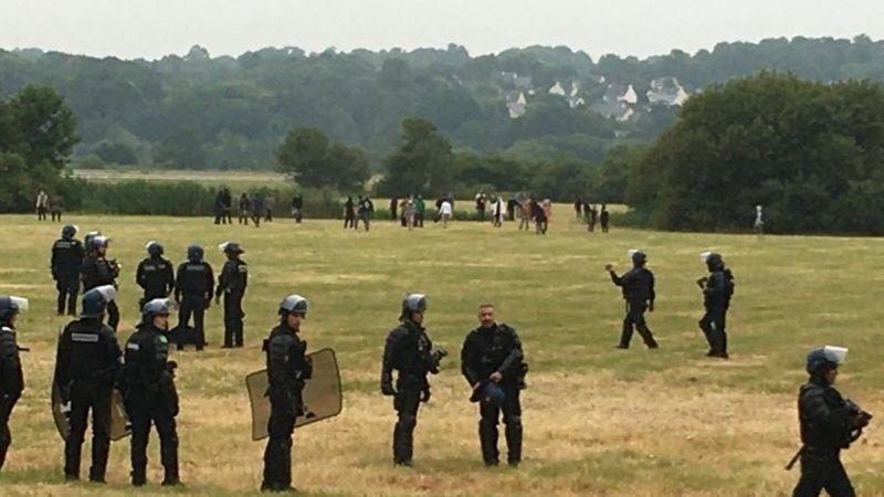 Fransa'da 1.500 kişilik yasa dışı partiyi polis bastı, çatışmalarda bir kişi elini kaybetti