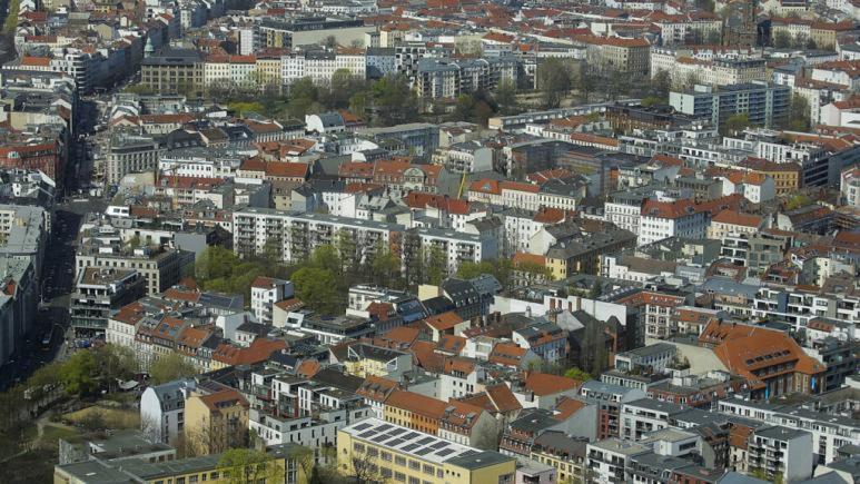 Berlin'de binlerce kişi yüksek kiraları protesto etmek için sokağa döküldü
