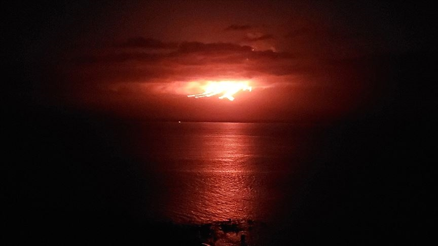 Kanarya Adaları'nda Cumbre Vieja yanardağından çıkan lavlar denize yaklaştı