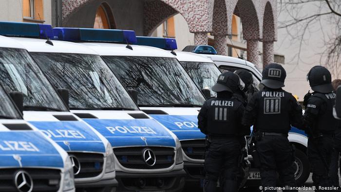 Almanya'da polislere ırkçı sohbet grubu baskını