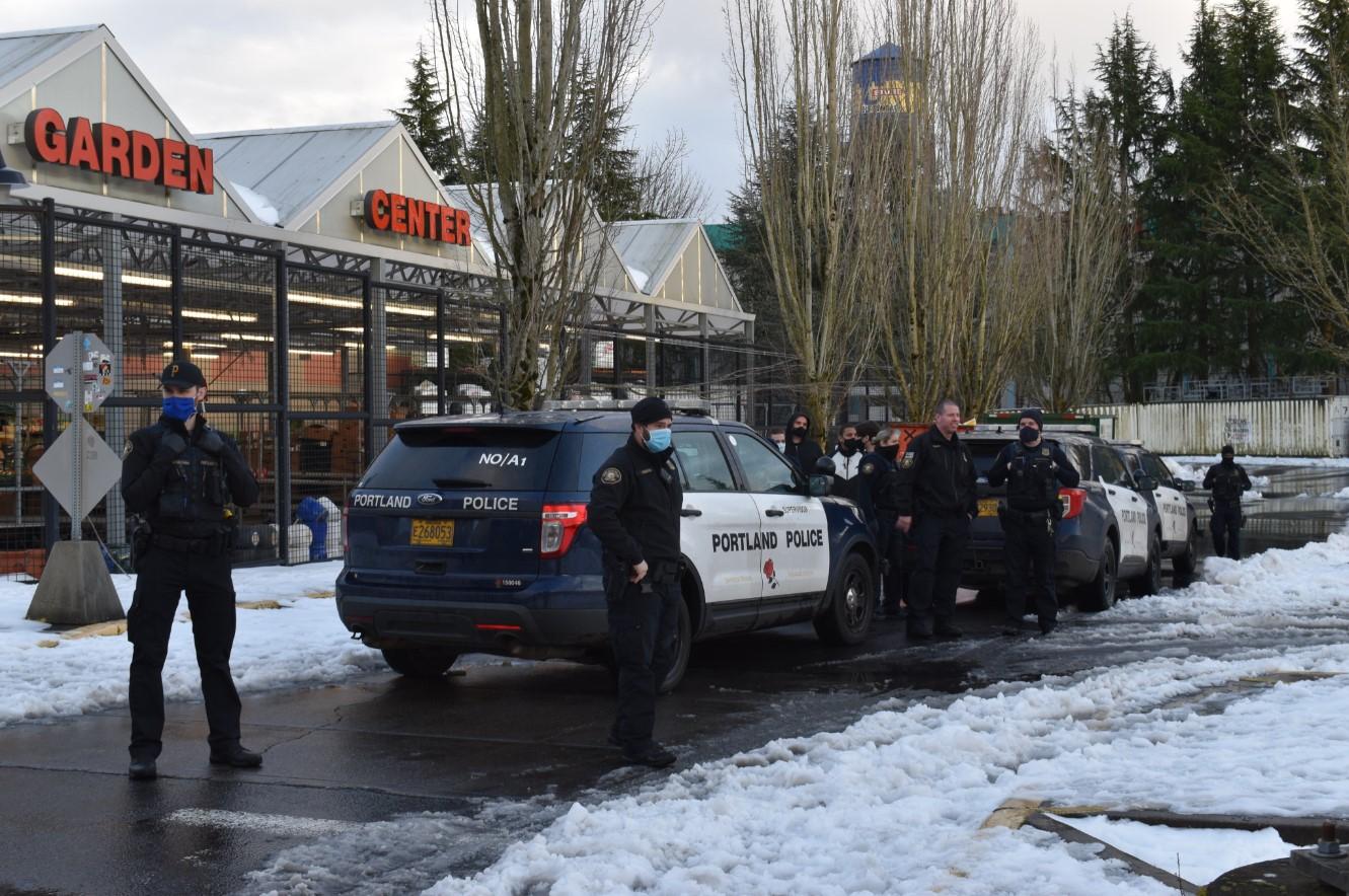ABD polisi çöpe dökülen market ürünlerini halktan toplamaya çalıştı