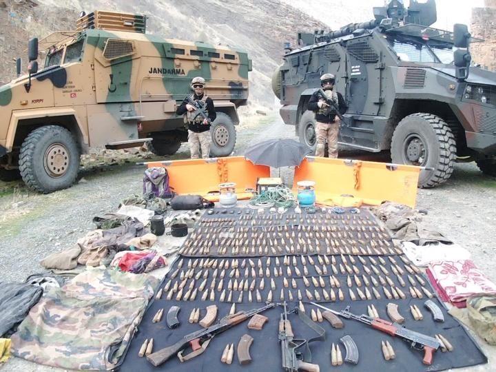 Hakkari'de tespit edilen sığınaklarda silah ve mühimmat ele geçirildi