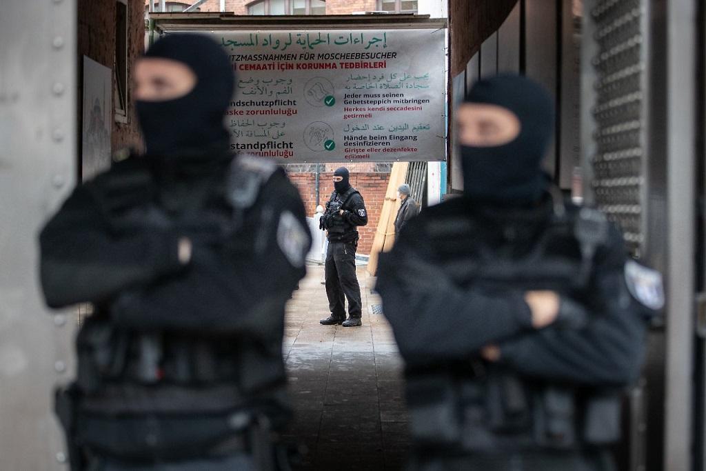 Berlin'de polisin camide yaptığı aramalar sırasında halılara botlarla basmasına Müslümanlardan tepki