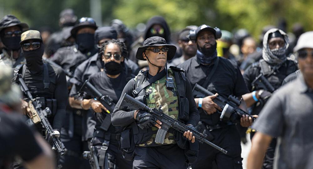 abd-de-silahli-gostericiler-polis-kursunuyla-oldurulen-kadin-icin-adalet-istedi