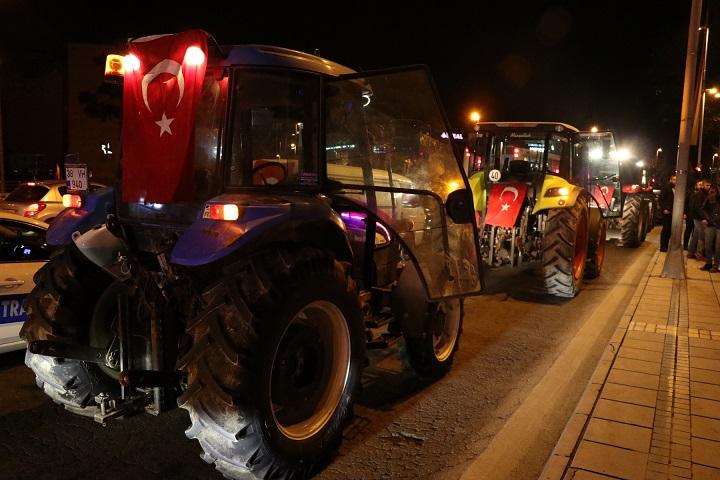 Çiftçilerden Mehmetçiğe traktörlü destek
