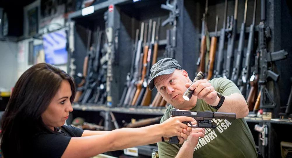 ABD'li Kongre üyesi, Zoom toplantısında silahlarını sergiledi