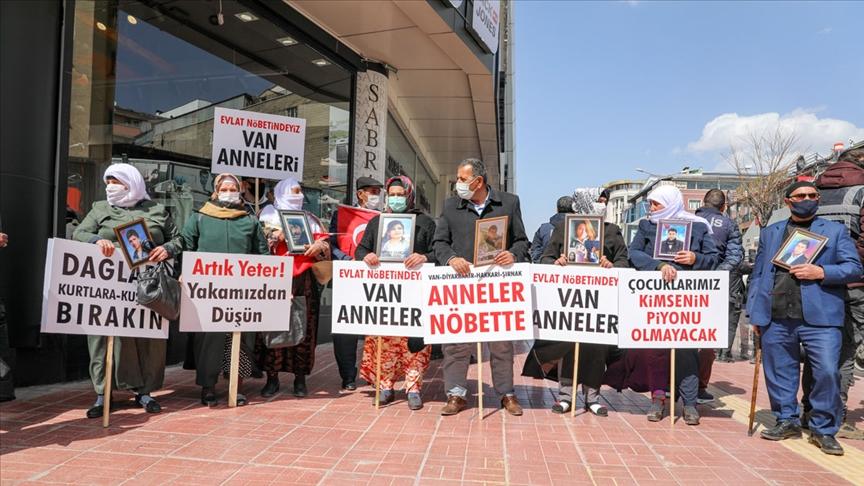 Van'da çocuklarının dağa kaçırılmasından HDP'yi sorumlu tutan aileler eylem yaptı