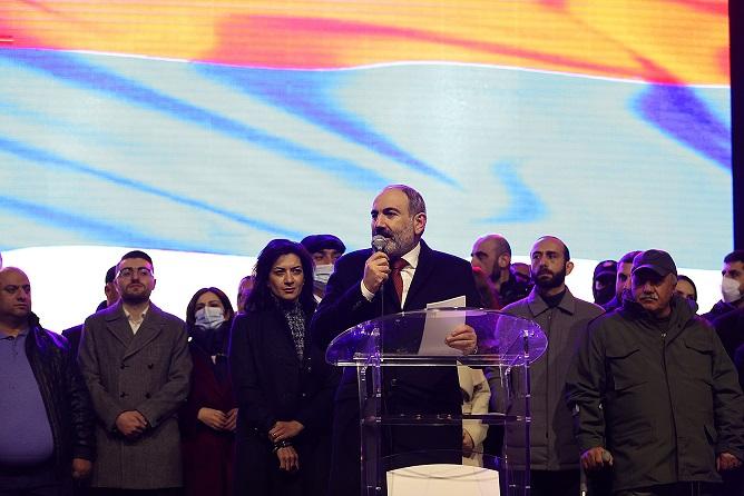 Paşinyan, Ermenistan'da yarı cumhurbaşkanlığı sistemine geçmeyi planladıklarını duyurdu