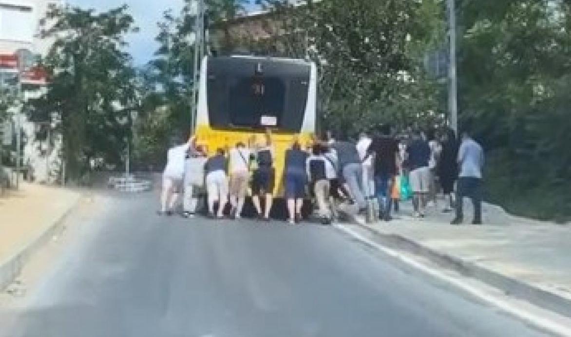 Sarıyer'de arızalanan İETT otobüsünü yolcular itti