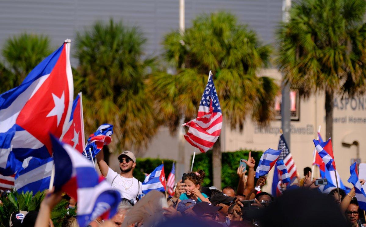 Küba sokaklarında ABD bayrakları