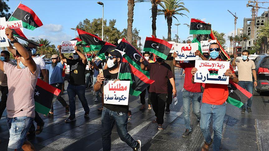 Libya'da protestolar Hafter'i petrol blokajını kaldırmaya zorluyor