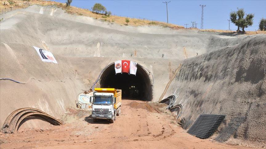 Terör örgütünün engellemelerine rağmen 'Eruh-Fındık Yolu ve Tünel Projesi' sürüyor